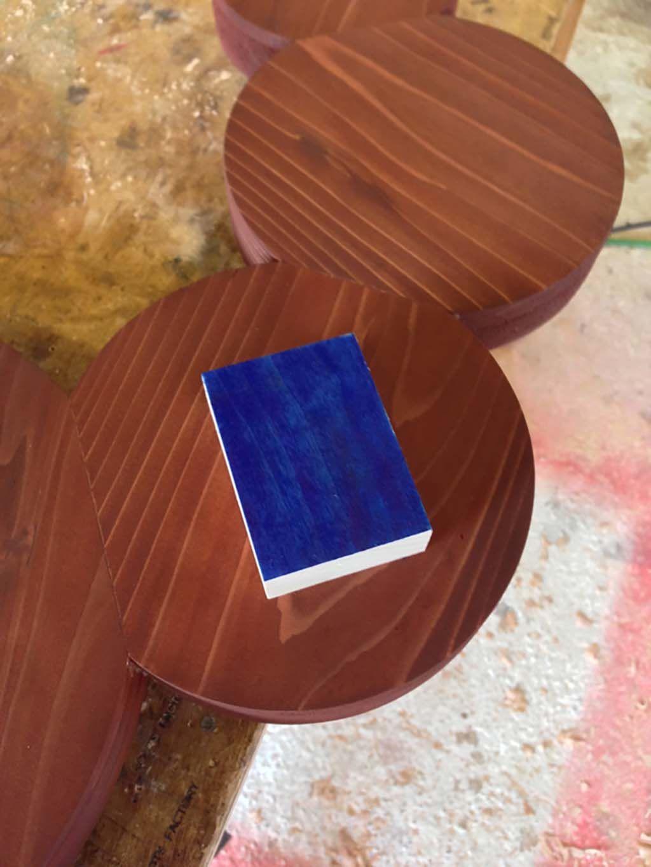 ユニークな形とこだわりの配色看板の製作風景