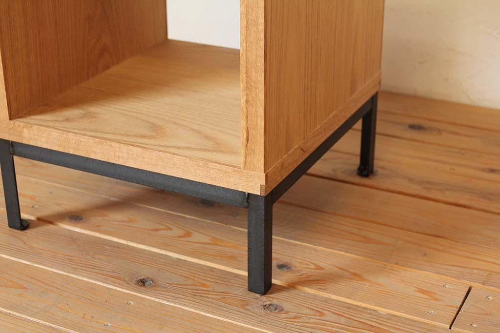 アイアン脚のローテーブル