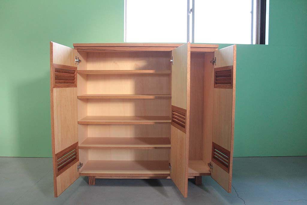 モザイク扉の個性的な下駄箱の収納部分