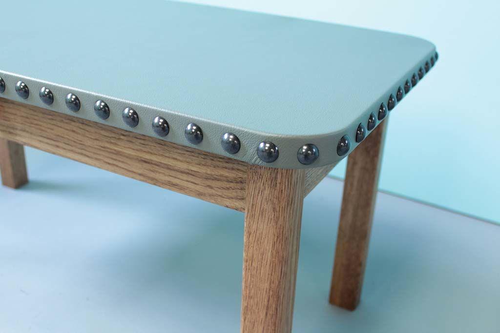 レザー天板の側面は手打ち鋲ローテーブル
