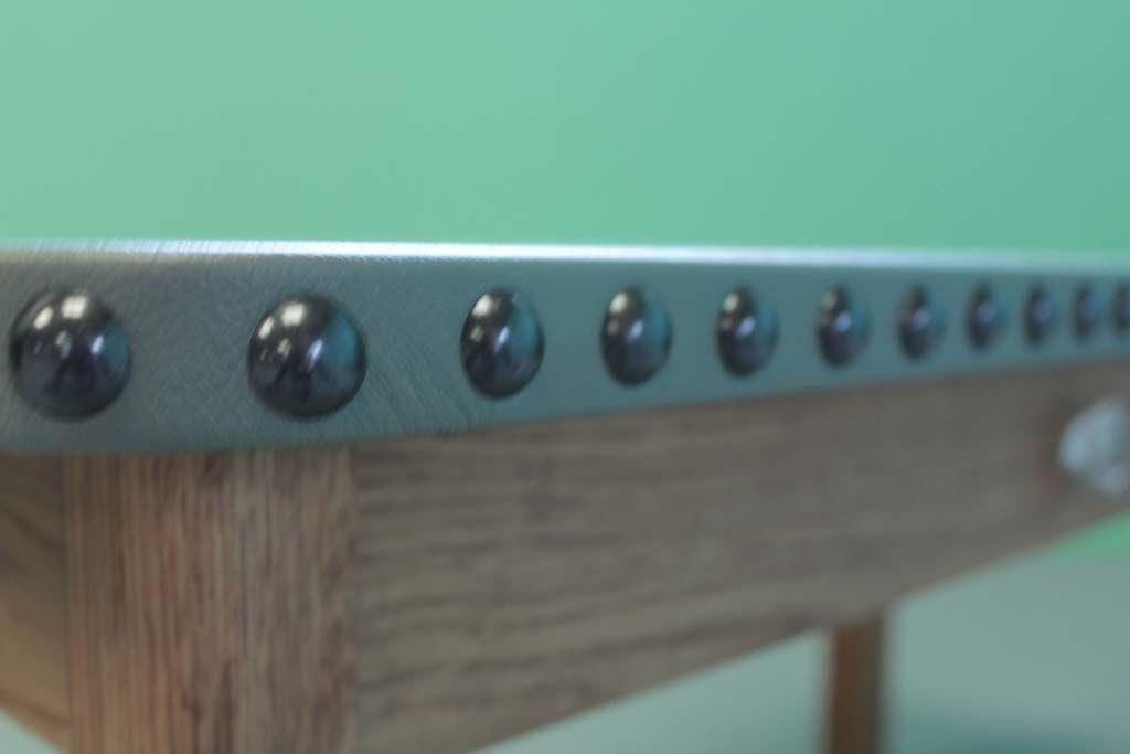 レザー天板の側面手打ち鋲ローテーブル