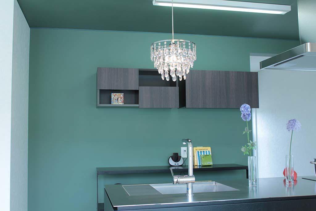 新築のお家システムキッチンに合わせた収納棚