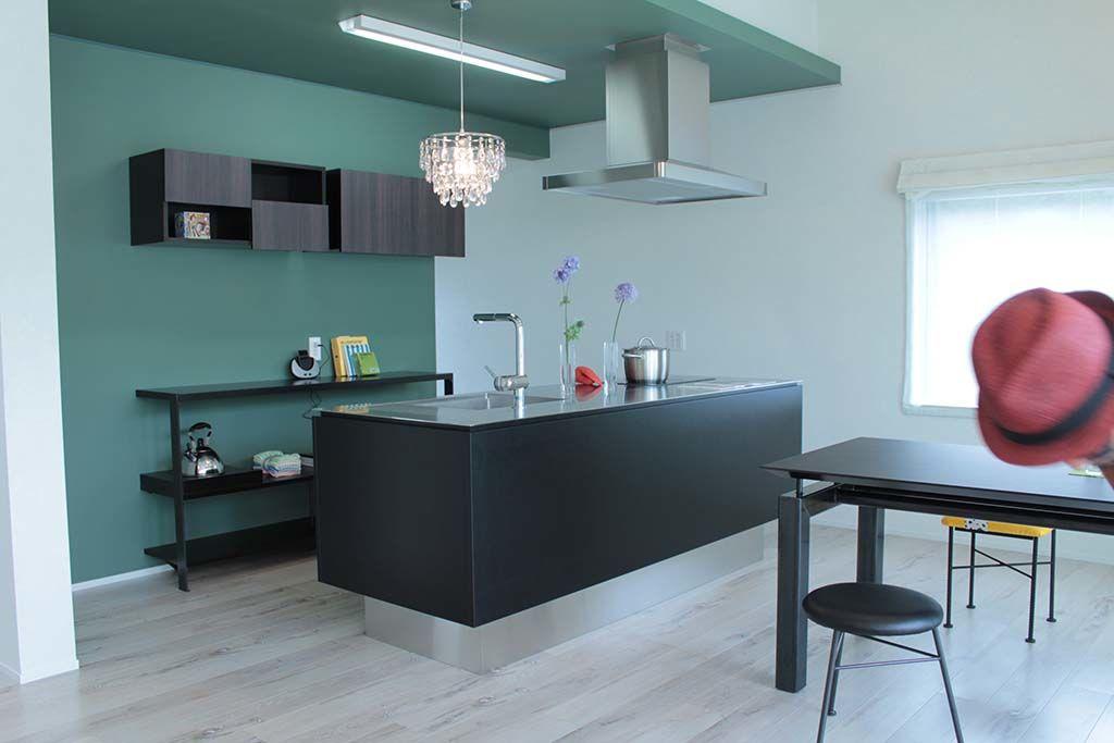 システムキッチンに合わせたキッチン収納棚