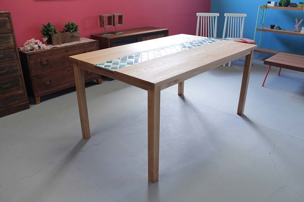 無垢オーク材とコラベルタイルのダイニングテーブル