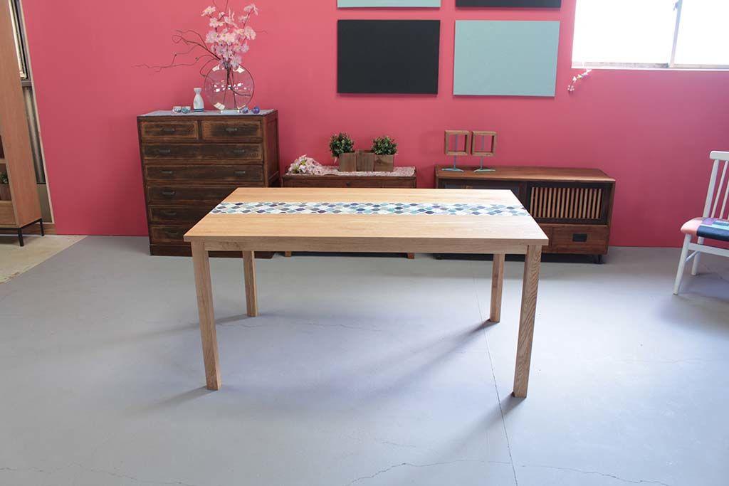 無垢オーク材とタイルのダイニングテーブル
