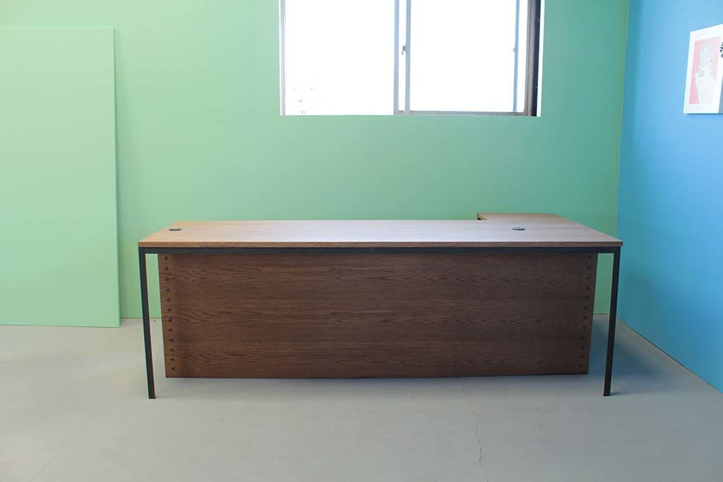 オーク材とアイアン脚の店舗カウンターテーブル