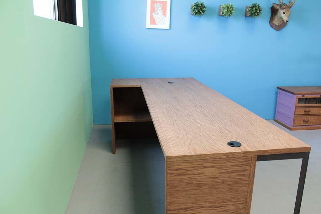オーク材とアイアン脚の店舗カウンターテーブル内部収納棚