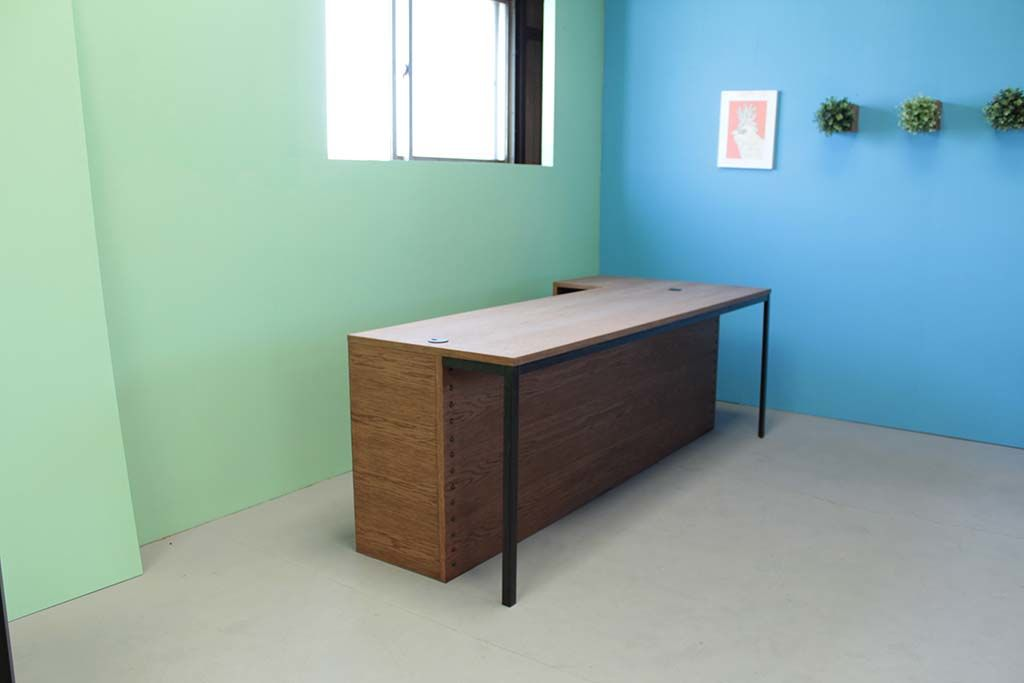 ダーク色仕上げのオーク材とアイアン脚のカウンターテーブル