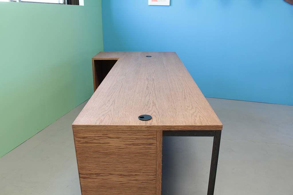 ダーク色仕上げのオーク材天板の店舗カウンターテーブル