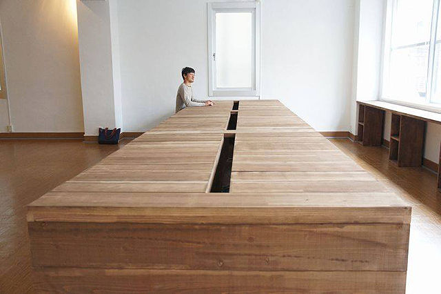 無垢材の6mの巨大なミーティングテーブル中央コード穴加工