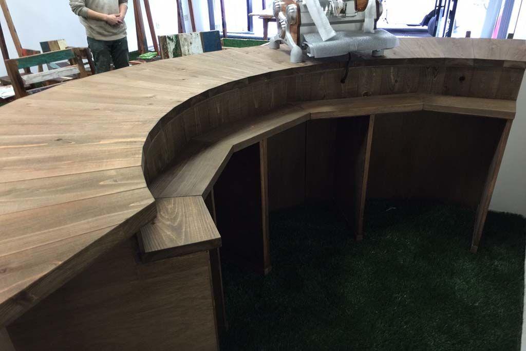 無垢材の半円型店舗コーヒーカウンター内側収納棚