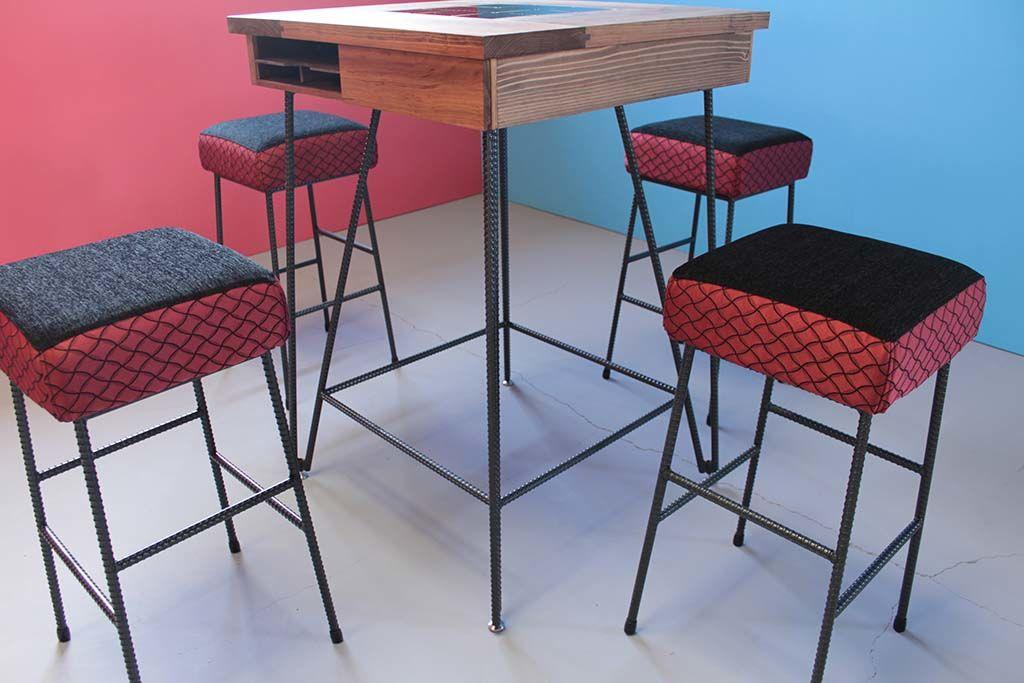 飲食店アイアン脚のテーブルとスツール