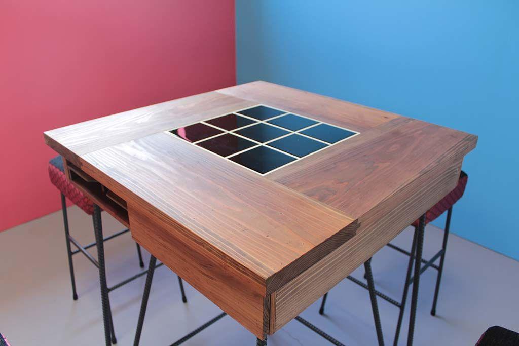 テーブル天板は無垢材と中央はブラックタイル