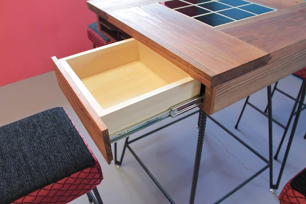 テーブルはカトラリー収納の引き出し