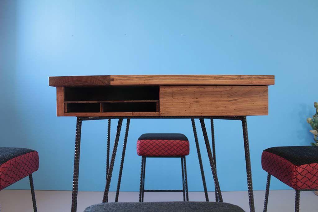 テーブルはメニューや伝票収納のオープン棚