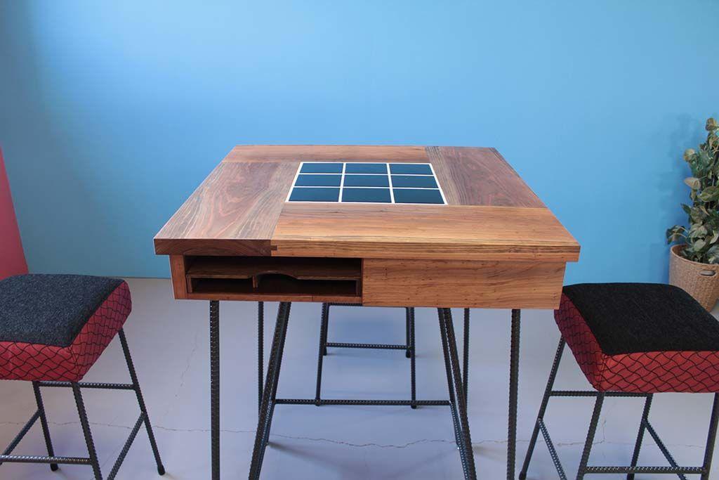 飲食店無垢材とタイルのテーブルとスツール