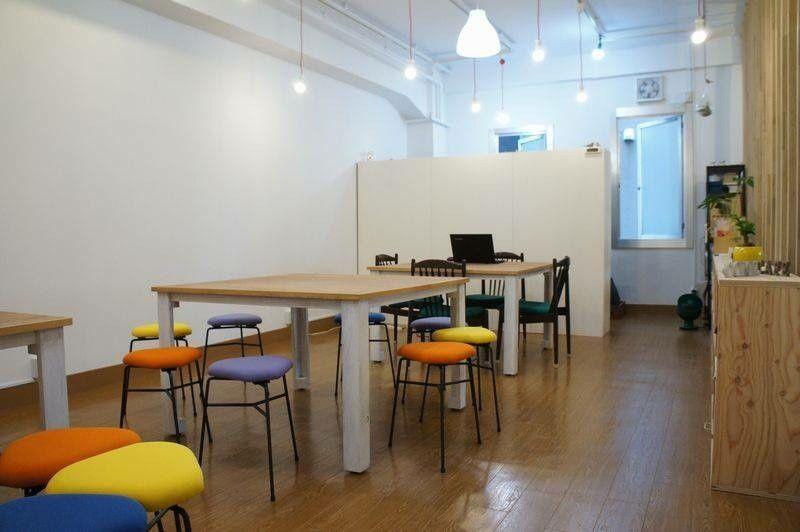 シャビー加工のテーブルとカラフルデルタスツール