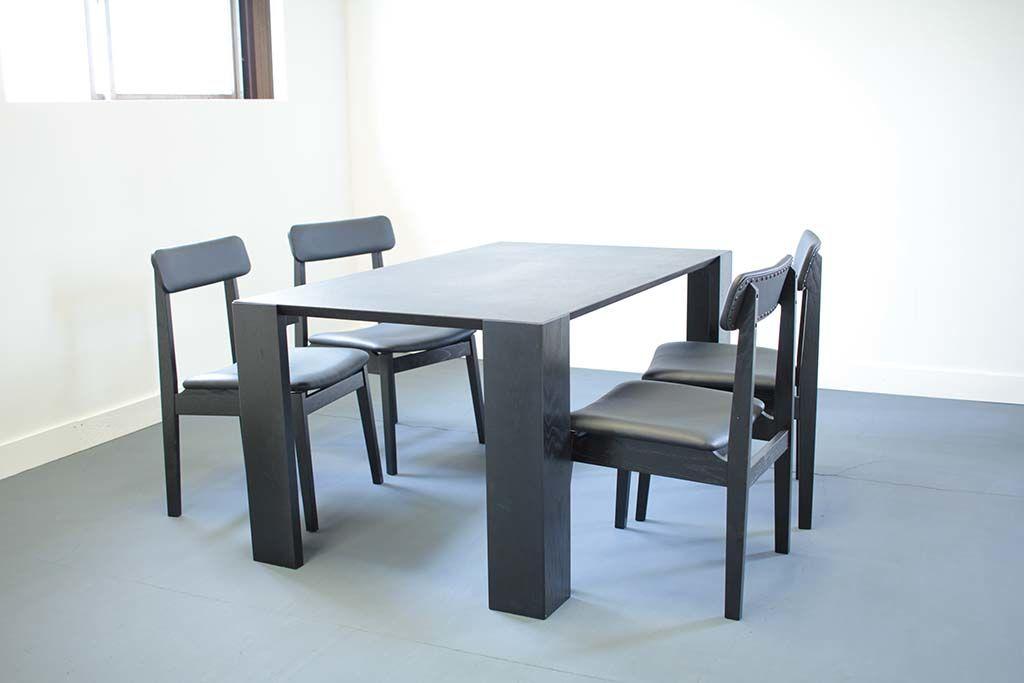 漆テーブルに合わせたブラックダイニングチェア