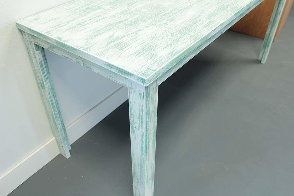 個性的なシャビー加工のテーブル