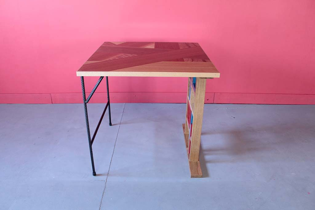 設置場所に合わせて壁側は細身のアイアン脚のテーブル