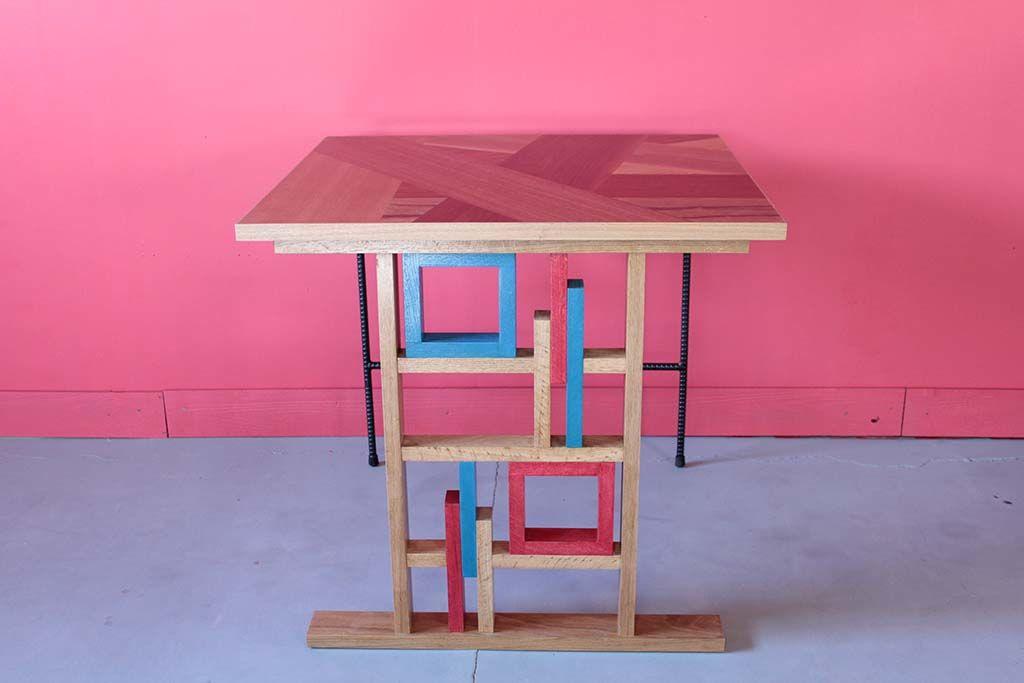 無垢オーク材とブルーと赤のカラフル仕上げのテーブル脚