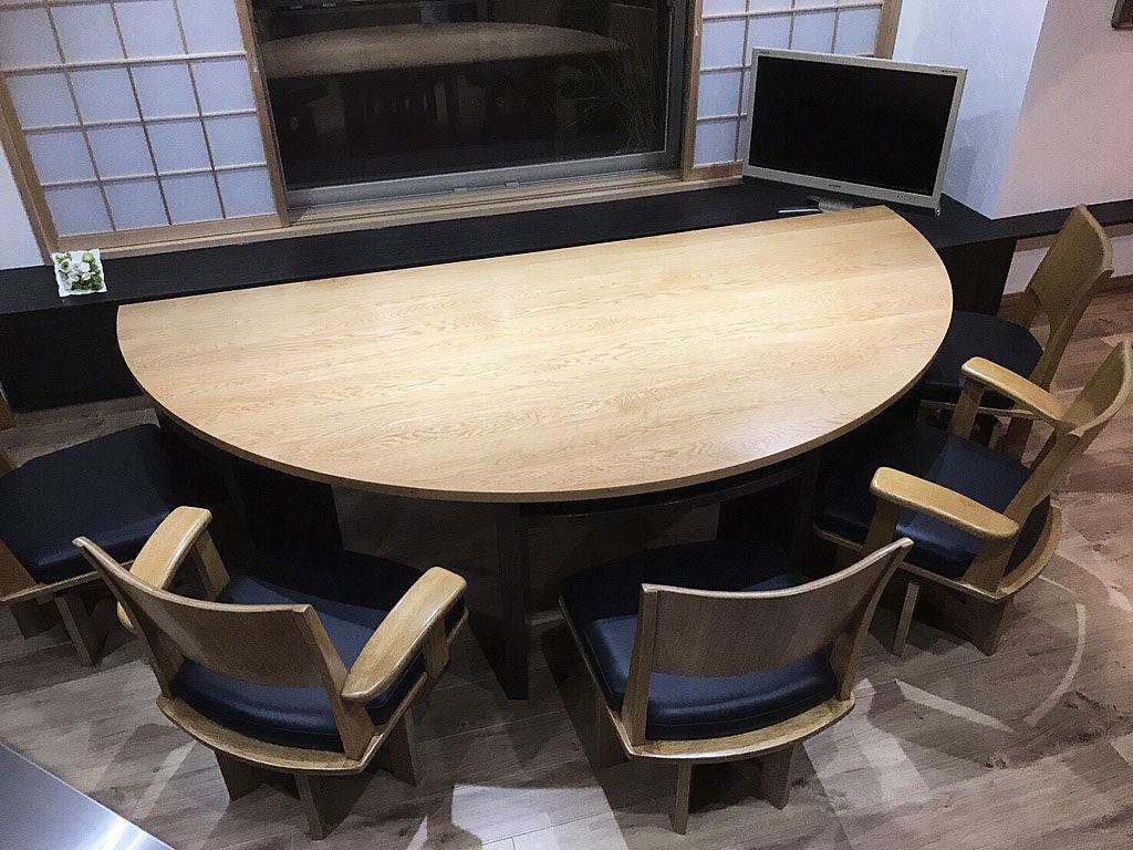 無垢オーク材の大きな半円型ダイニングテーブル