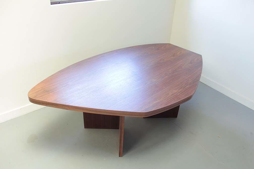 お米型の大きなオフィスミーティングテーブル