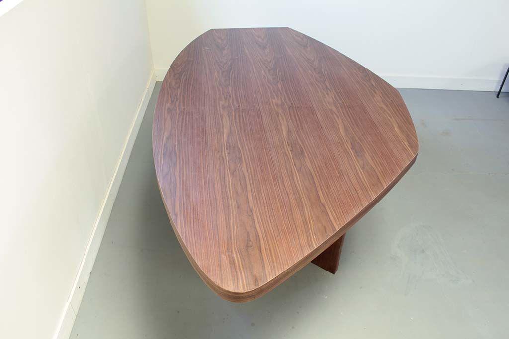 お米型のオフィスミーティングテーブルの天板