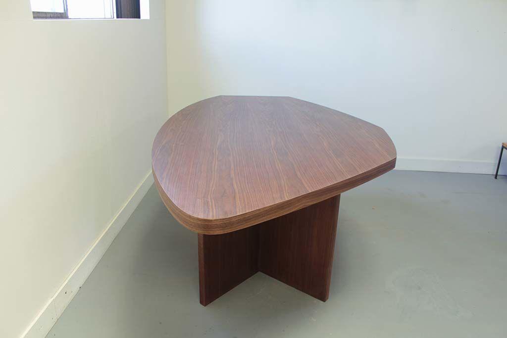 お米型のオフィスミーティングテーブル縦向き