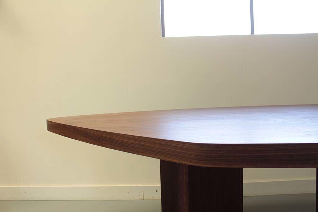お米型の天板厚みのあるしっかりとしたテーブル