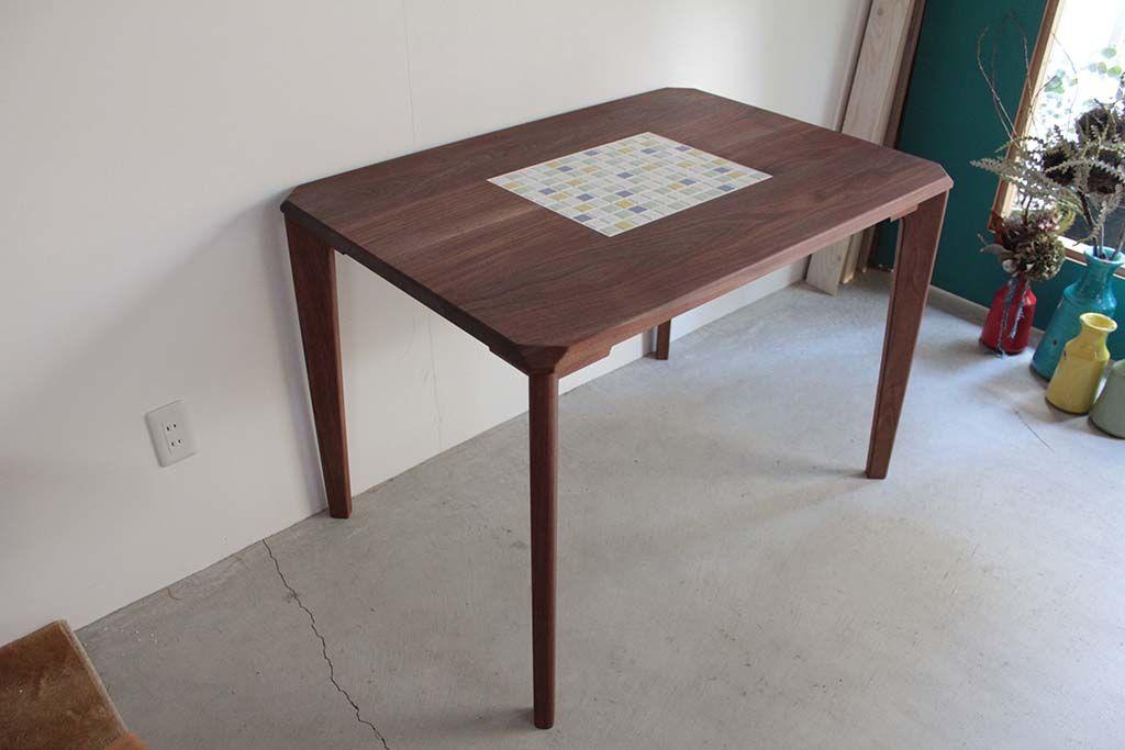 無垢ウォールナット材のテーパー脚タイルテーブル