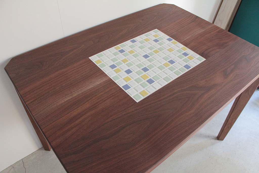 無垢ウォールナット材中央タイルのダイニングテーブル天板