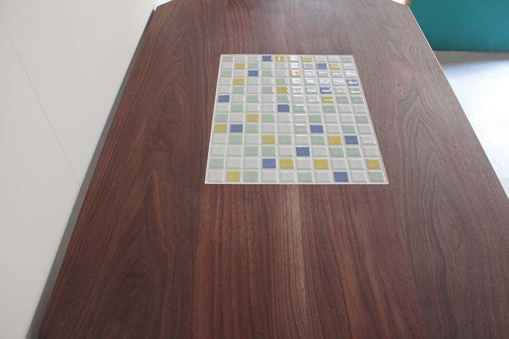 無垢ウォールナット材とパステル色タイルのダイニングテーブル天板