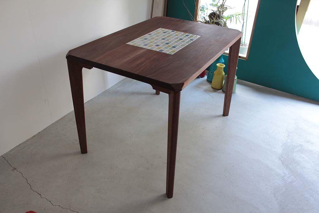 無垢ウォールナット材とタイルのダイニングテーブル