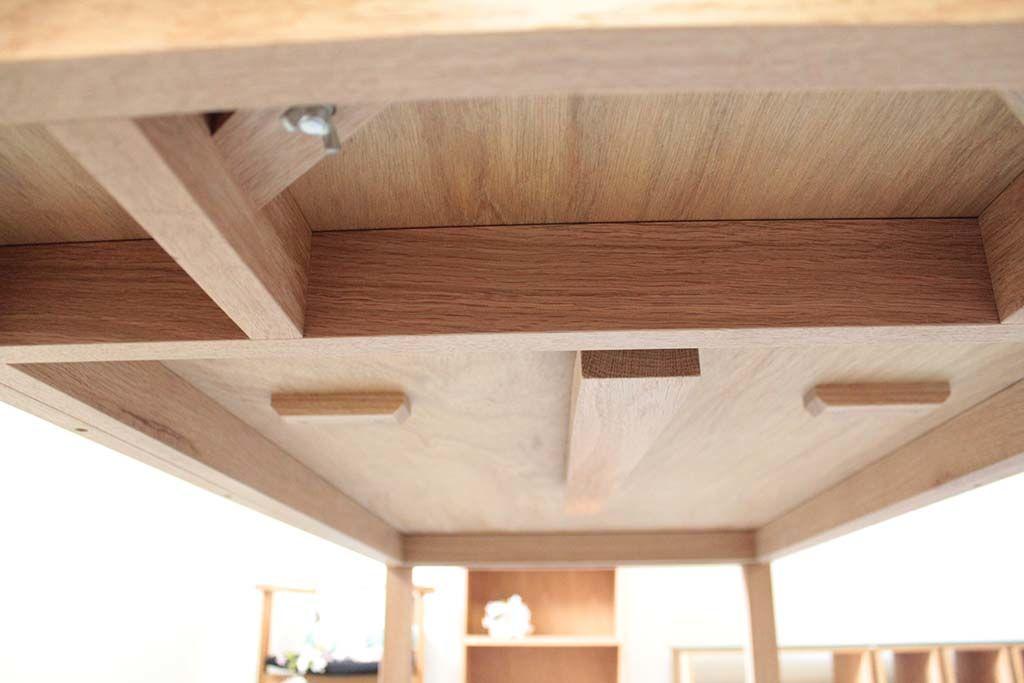 伸縮テーブル裏面中央脚収納時