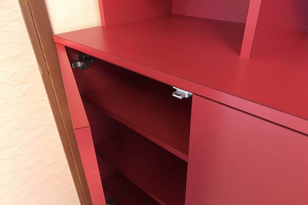 真っ赤な本棚下段開き扉はプッシュラッチオープン