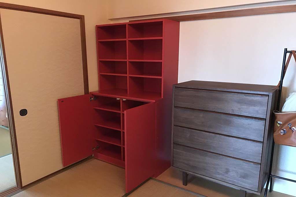 収納力いっぱいの真っ赤なブックシェルフ