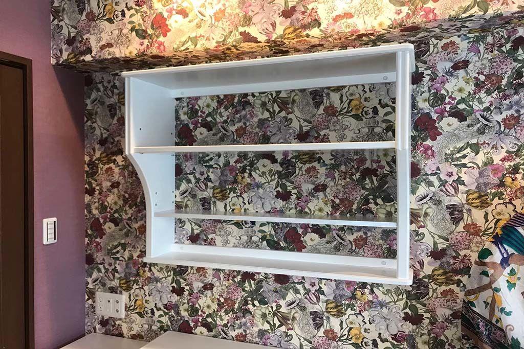 おしゃれな壁紙に映える白色の壁付け本棚