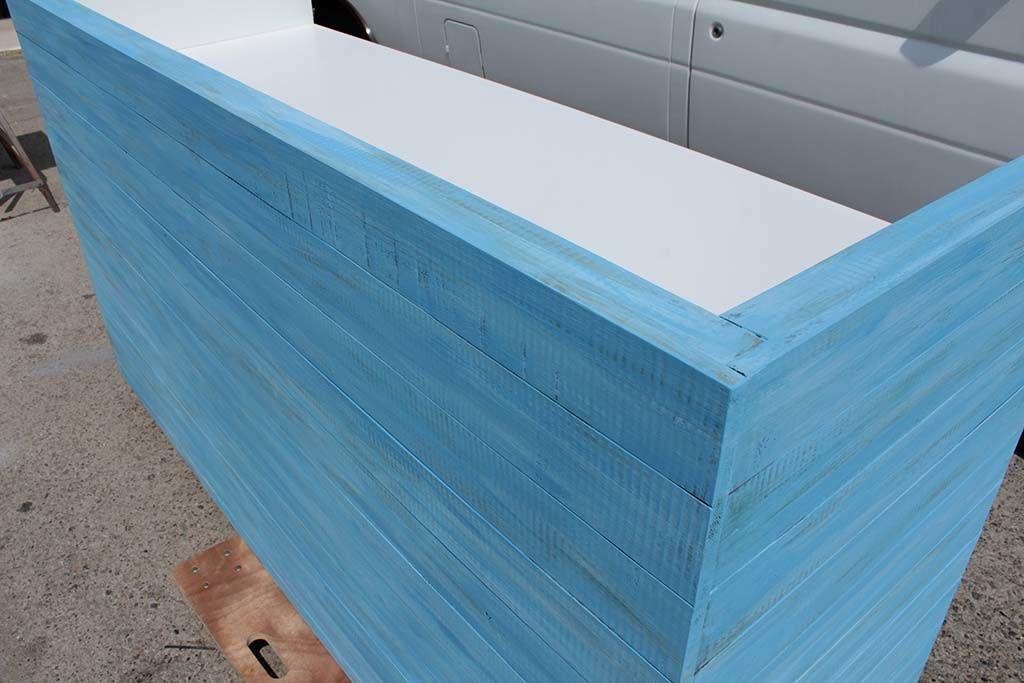 ヴィンテージ仕上げのブルーのDJブース天板