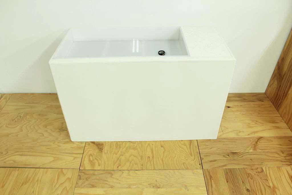 アクリルの水槽をモルタルホワイト塗装で仕上げた水苔スタンド