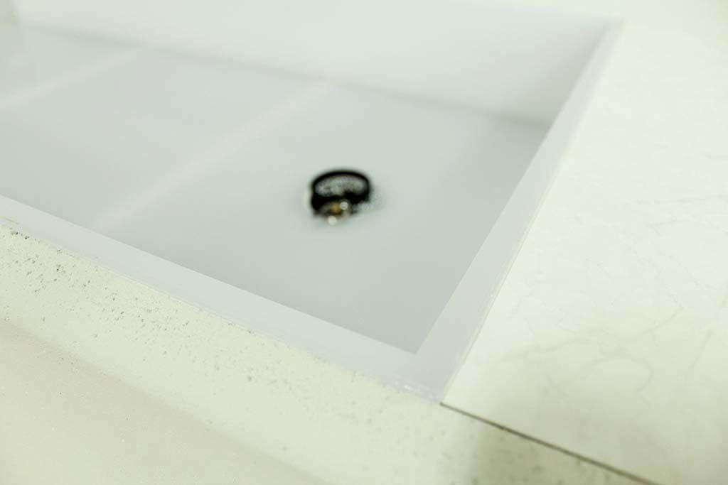 乳白色のアクリル水槽の水苔スタンド