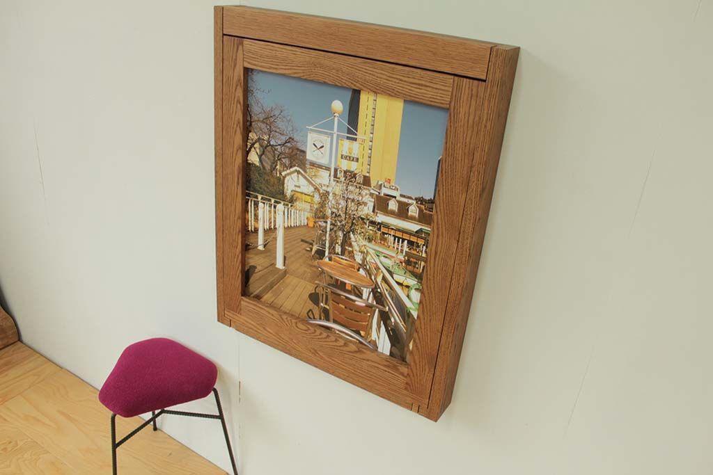 壁面収納テーブル収納時は無垢オーク材の額縁