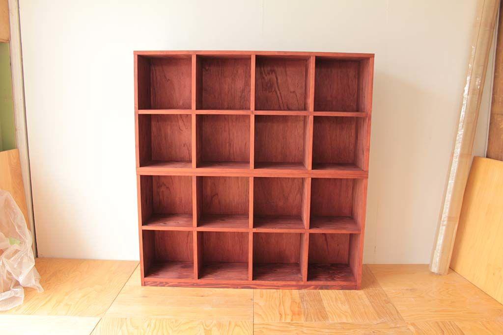 レコードサイズに合わせた4列4段のオープンレコード棚