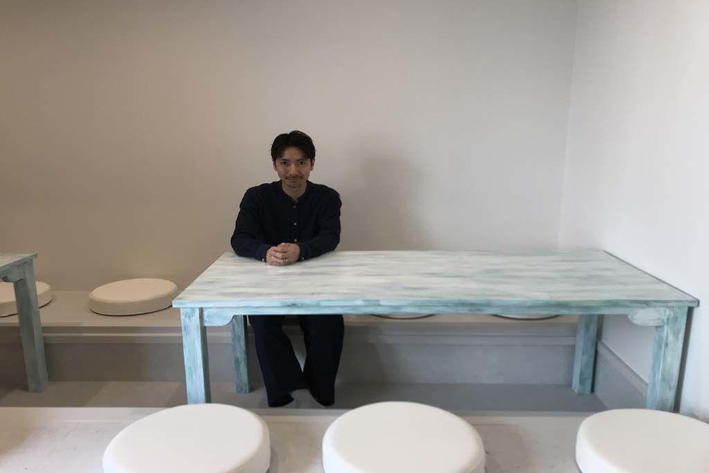 店舗用白色シャビー加工テーブル納品画像