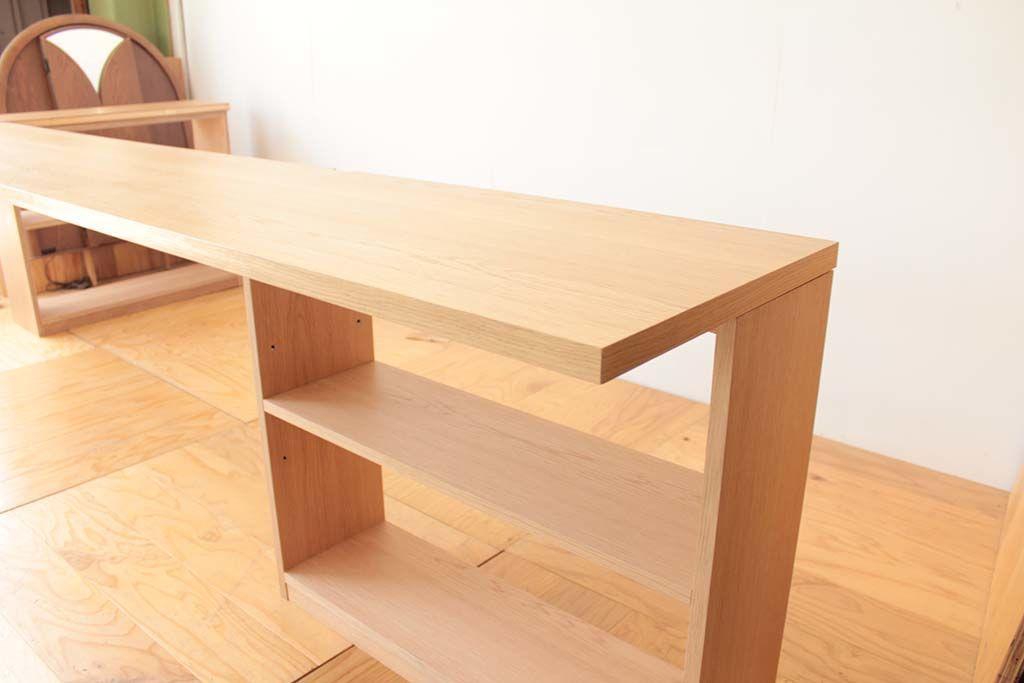 カウンターテーブルの両端にオープンシェルフ
