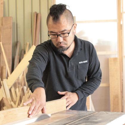 家具リメイク作業をする『家具作りたいおっさん(阪井)』