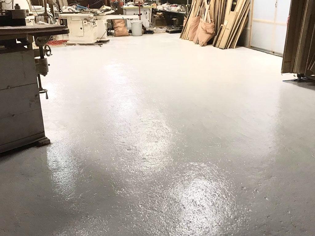 ペンキが剥がれてしまった床を白く塗装