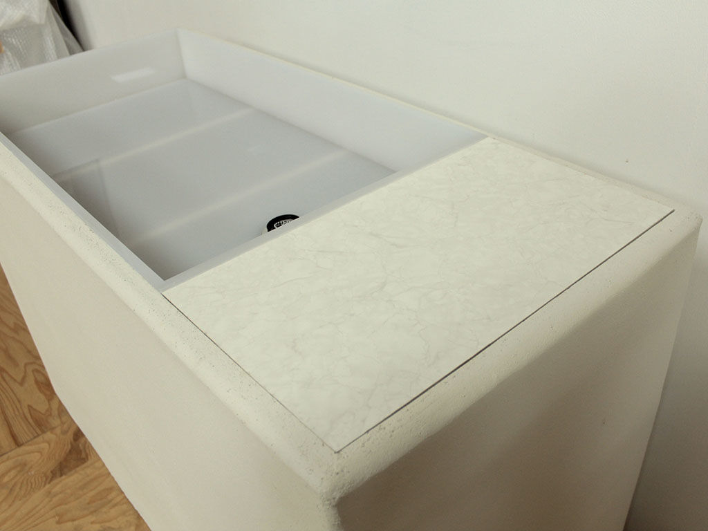真っ白なモルタルの土台に透明なアクリルで作った水槽
