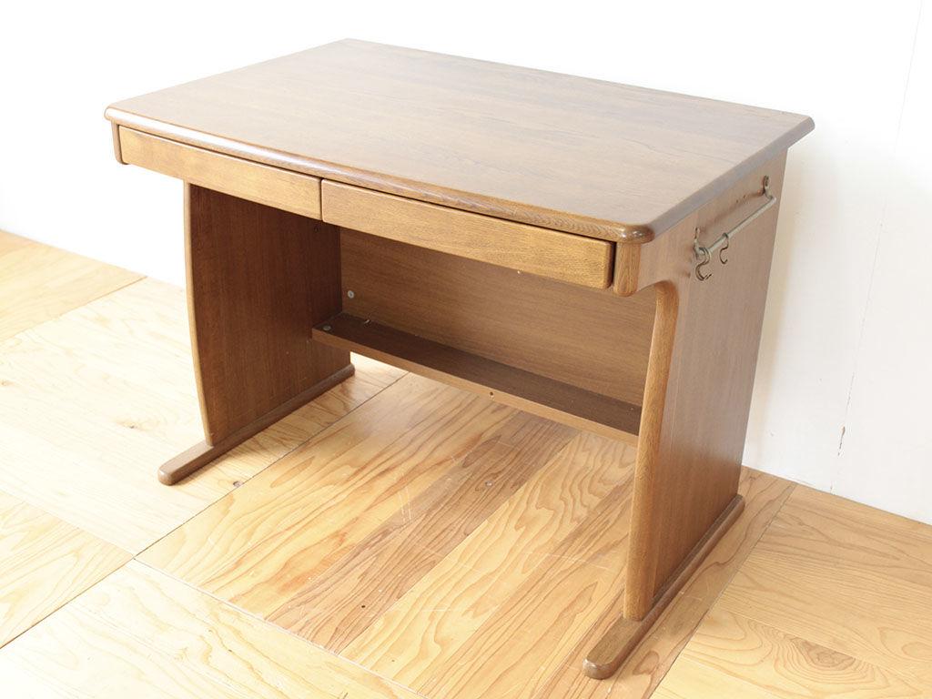 ナラ材のしっかりとした造りの学習机