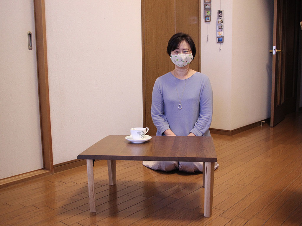 学習机からリメイクしたコーヒーテーブルとお客様と記念撮影